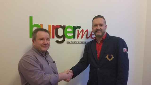 Op de foto links Tim Meijers (Master-franchisenemer burgerme) en rechts Jan Karl de Willigen. Bron: FranchiseFormules.NL