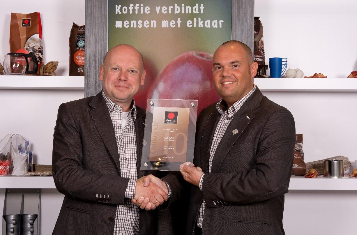 Op 16 juni tekende Rob Pierik, eigenaar van Fortune hot drinks-vestiging Twente, een nieuw franchisecontract voor de duur van 5 jaar. Bron: FranchiseFormules.NL