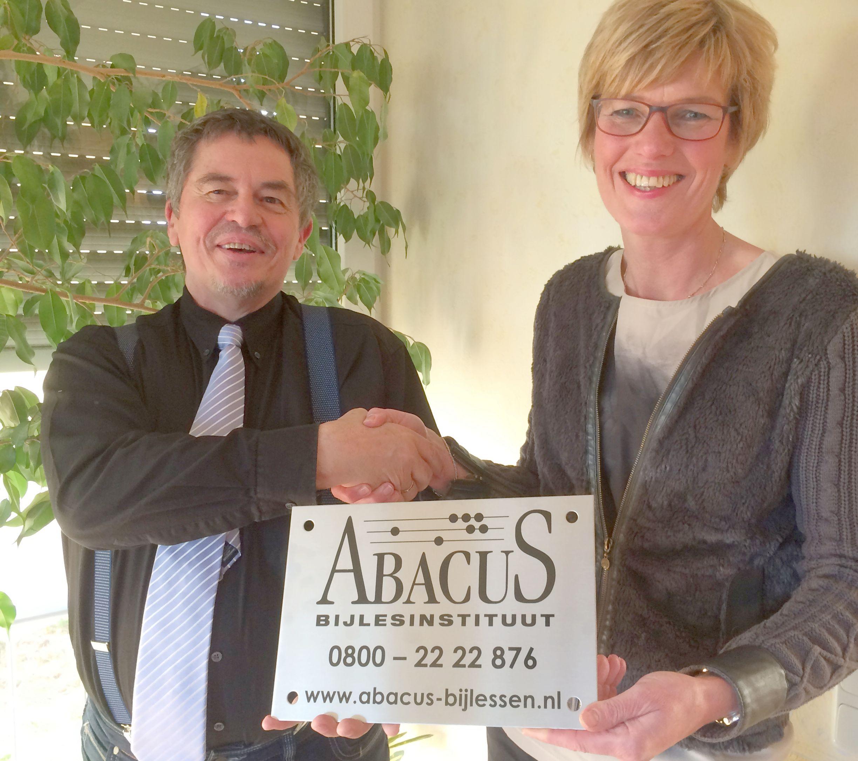 Alina Pekel-van Laar wordt gefeliciteerd met de opening van haar bijlesinstituut door franchisegever Dr. Heinz-Willi Wyes. Bron: FranchiseFormules.NL