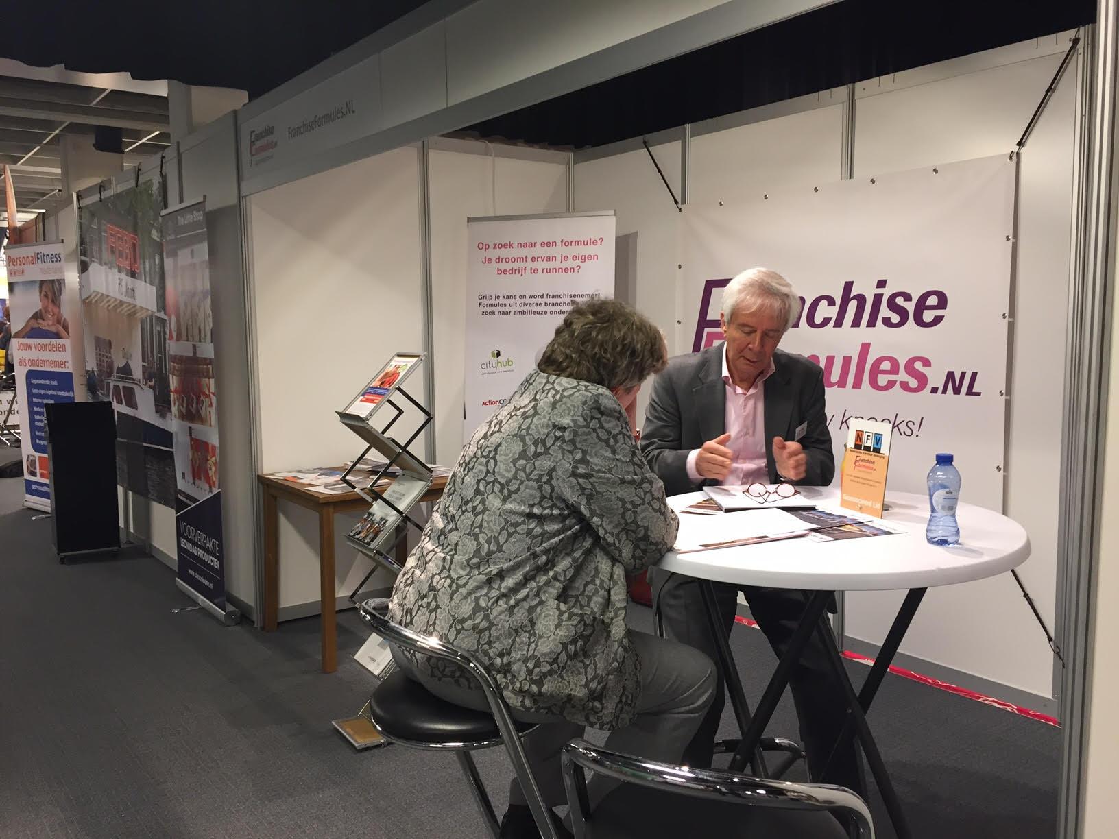 Frank van Rijk van de FranchiseFormules Adviestak in gesprek met een van de vele kandidaten in de stand van FranchiseFormules.NL op franchisebeurs Onderneem 't! 2017. Bron: FranchiseFormules.NL