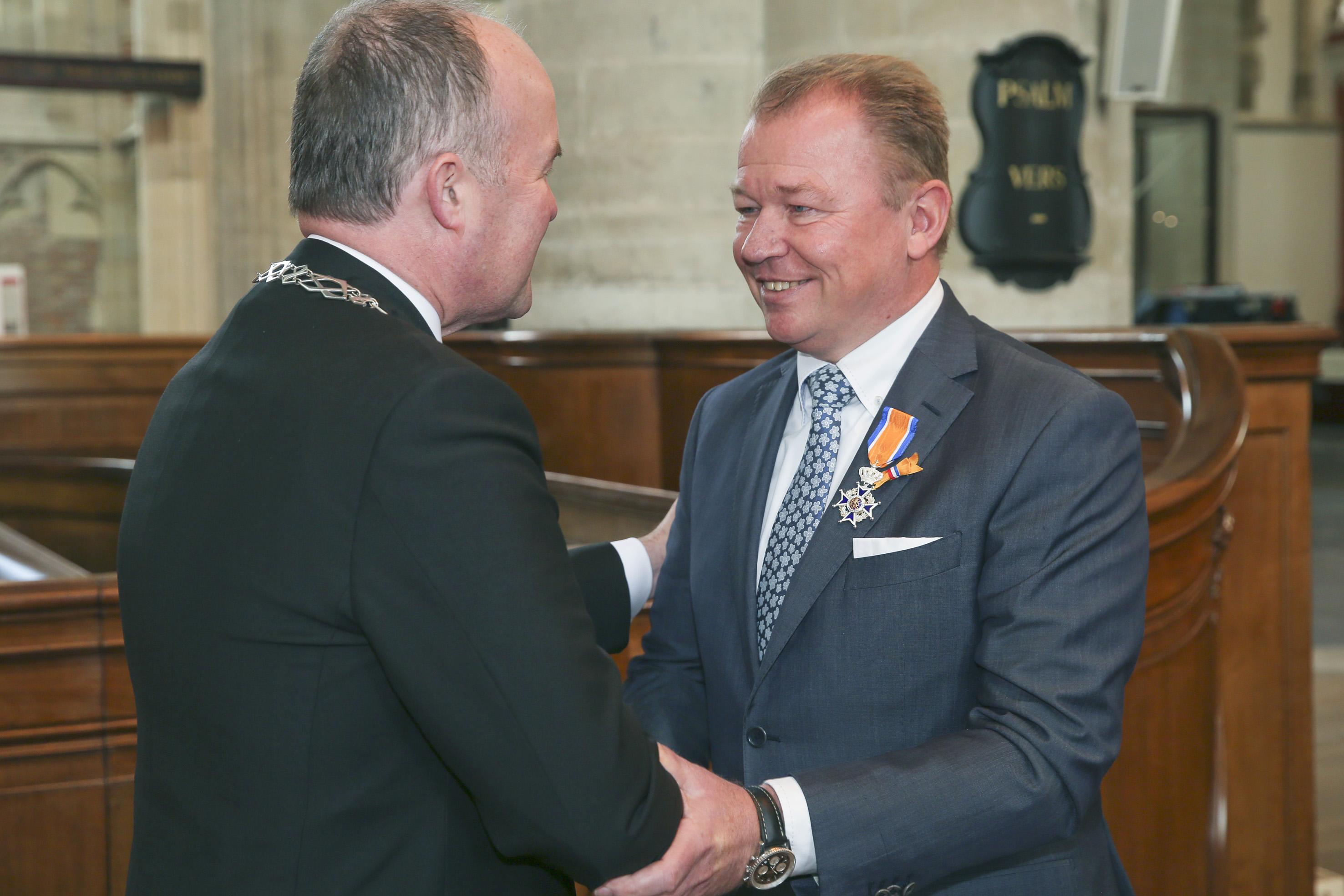 McDonald's Franchisenemer Pieter Honing (r.) ontvangt de Koninklijke onderscheiden van burgemeester Brok van Dordrecht. Bron: FranchiseFormules.NL