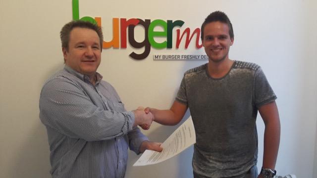 Franchisenemer Jacco Klootwijk (r.) opent een nieuwe franchisevestiging van burgerme in Rotterdam. Bron: FranchiseFormules.NL