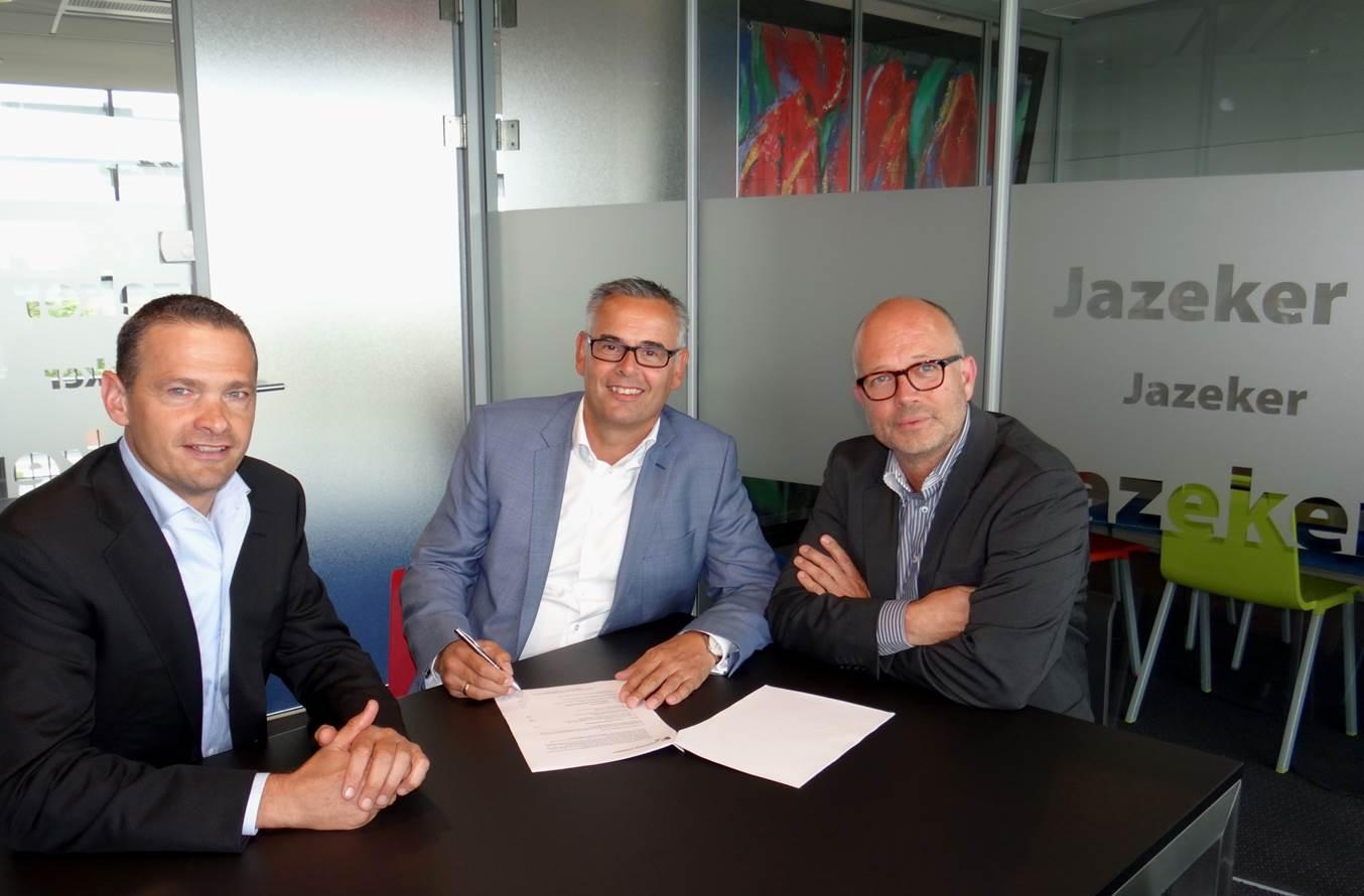 Op de foto: Carlo van Rienen (directeur Franchise Connect, links) Kees Seip (directeur DeHypotheker, midden) en Guus de Jongh (directeur Franchise Connect, rechts). Bron: FranchiseFormules.NL