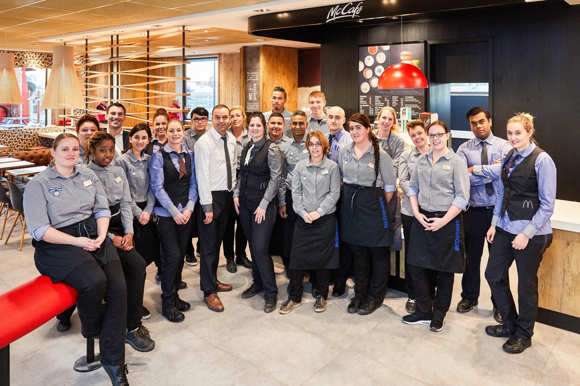 De Crew van McDonald's restaurant Maasdijk voor het 10e McCafé in ons land. Bron: FranchiseFormules.NL