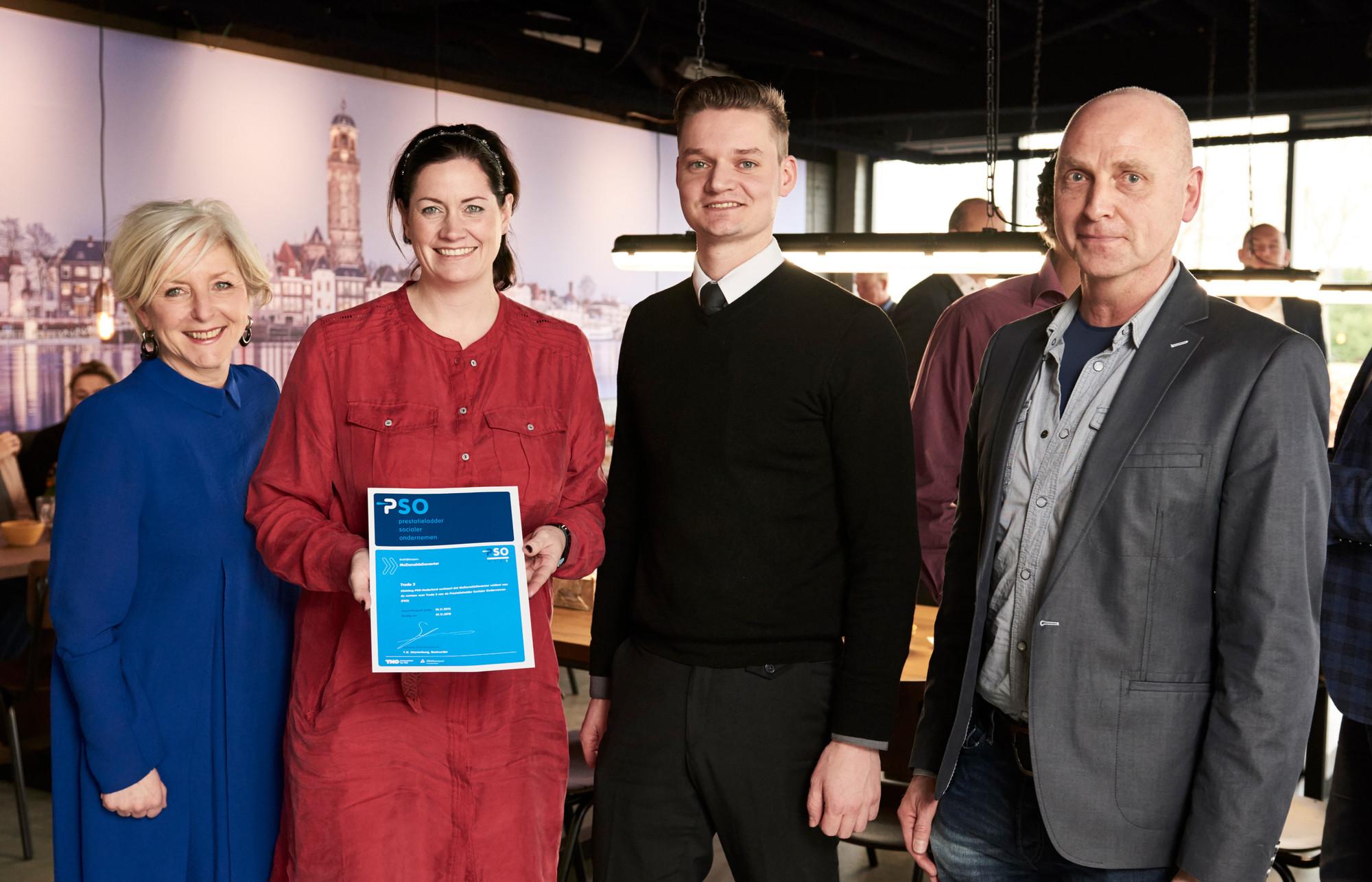 Vera Linskens (tweede van links) en Laurens Bontius (tweede van rechts) ontvingen uit handen van Vincent Leenders van PSO Nederland (geheel rechts) het PSO-certificaat. Naast hen Marjolein Reijs, directeur HR van McDonald's Nederland (geheel links). Bron: FranchiseFormules.NL