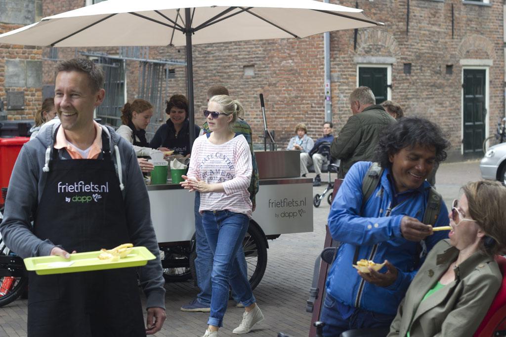 Vanaf 21 juni voorziet Mariëlle Kroondijk als eerste franchisenemer van de Frietfiets vanuit haar authentieke bakfiets Oost-Nederland van verse biologische friet. Bron: FranchiseFormules.NL