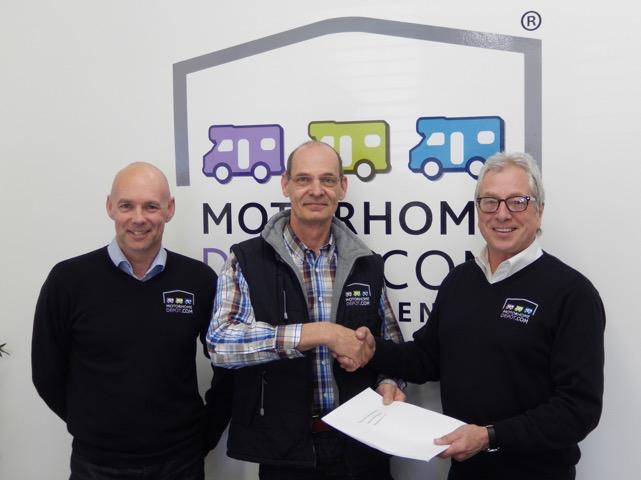 Op de foto van links naar rechts: Richard Wood ( algemeen directeur), Gerard Schapendonk, Stuart Law ( franchise manager). Bron: FranchiseFormules.NL