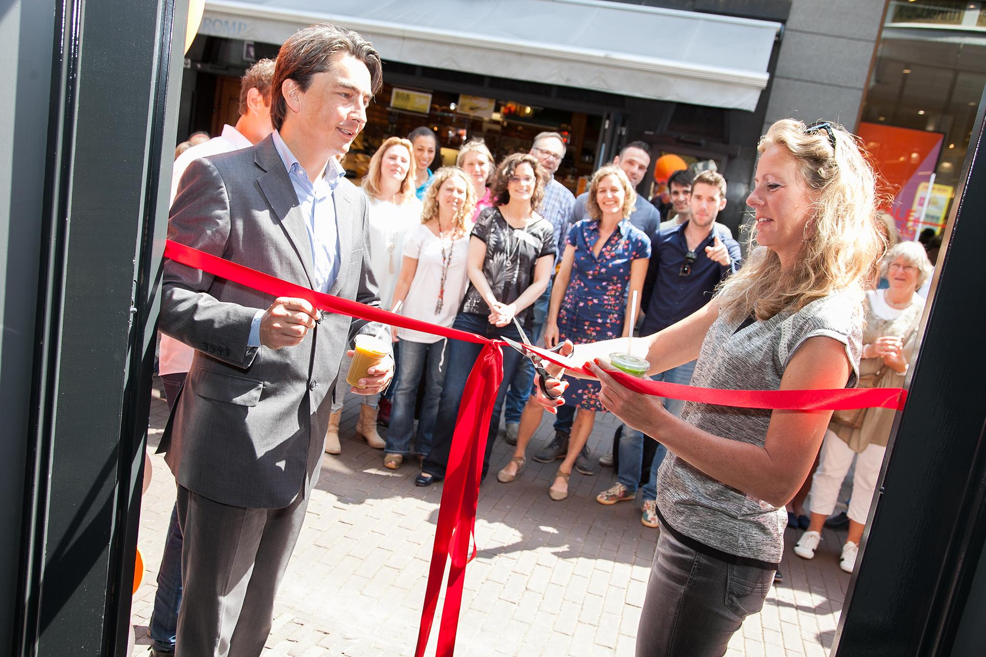 Olympisch kampioene Kirsten van der Kolk heeft deze week feestelijk de nieuwste Vitaminstore geopend in de Barteljorisstraat in Haarlem. Bron: FranchiseFormules.NL