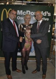 McDonald's restaurant Osdorp McDrive feestelijk geopend (V.l.n.r.: Achmed Baâdoud, Debbie de Wagenaar en Cees van der Veldt)