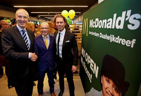 V.l.n.r.: McDonald's Nederland Algemeen Directeur Jo Sempels, stadsdeelbestuurder Amsterdam Zuidoost Emile Jaensch en Franchisenemer Robbert-Jan Somers. Bron: FranchiseFormules.NL