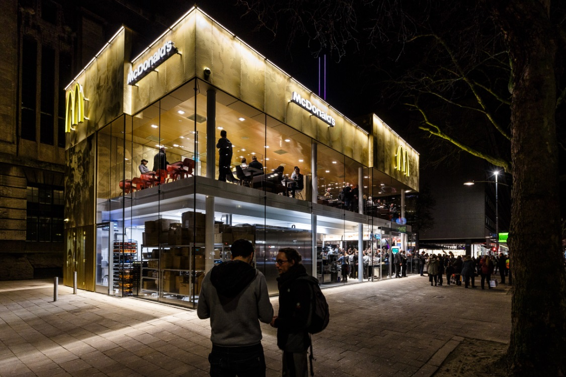 Het nieuwste McDonald's in Rotterdam is een heus kroonjuweel dat past in het beleid van de gemeente om de Coolsingel een frisse en moderne uitstraling te geven. Bron: FranchiseFormules.NL