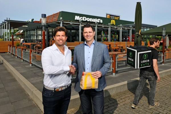 Manu Steijaert, Algemeen Directeur McDonald's Nederland (rechts) en Marco Knitel, General Manager van UberEATS Nederland (links). Bron: FranchiseFormules.NL