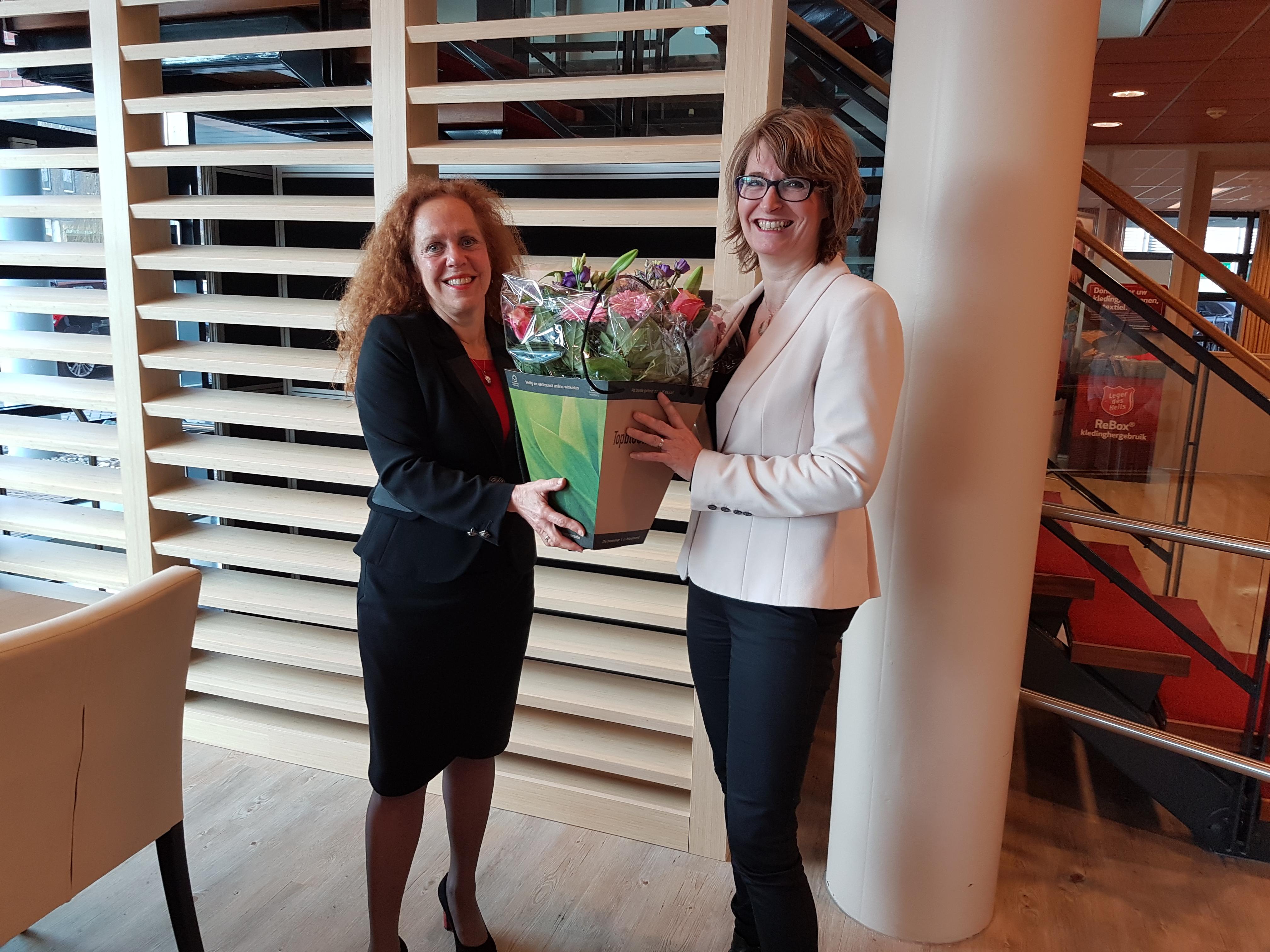 Nieuwe franchisenemer Marlies Schoneveld wordt verwelkomd door Sabrina Franken, directeur Uitvaartzorg. Bron: FranchiseFormules.NL