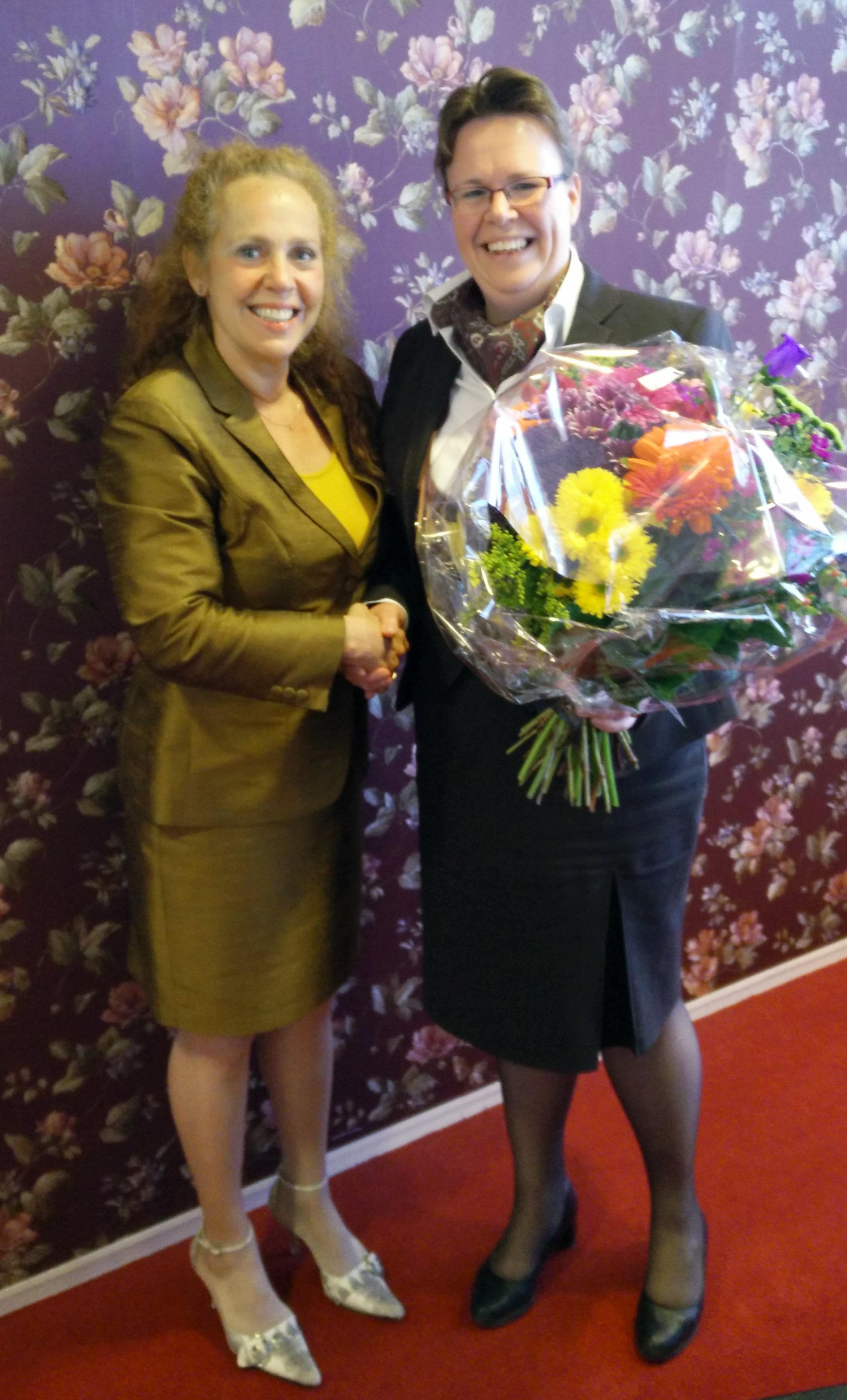 Directeur Uitvaartzorg Sabrina Franken (l) verwelkomt Corine de Ridder (r) als nieuwe franchisenemer bij Yarden. Bron: FranchiseFormules.NL