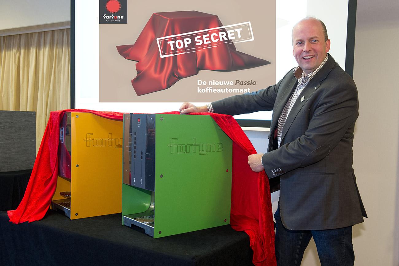 Ton van der Tang, algemeen directeur Fortune hot drinks bv, onthult de nieuwe Passio koffie-automatenlijn