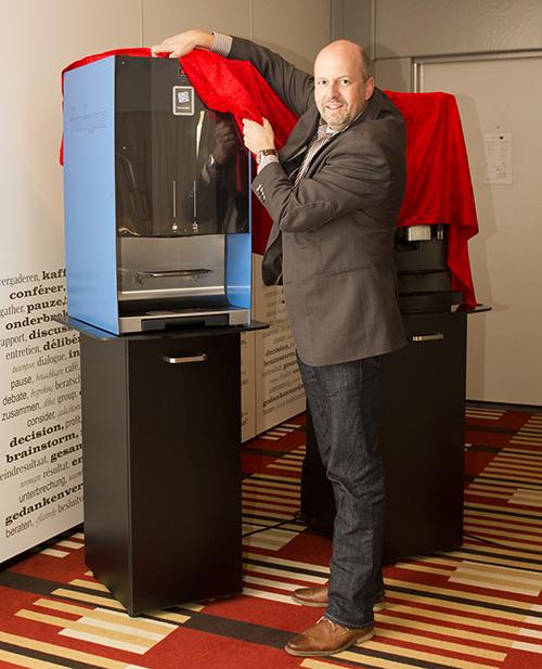 Ton van der Tang, algemeen directeur Fortune Coffee, heeft twee nieuwe automaten uit de eigen Passio-lijn onthult. De Passio XL en de Passio F. Bron: FranchiseFormules.NL