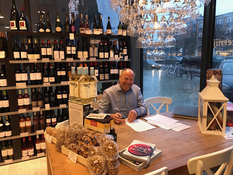 Dhr. Rob Verdonk van Gastrovino Rob's kaas en lekkernij ondertekent de Shop-in-Shop overeenkomst met Leonidas ChocoLaden B.V. Bron: FranchiseFormules.NL