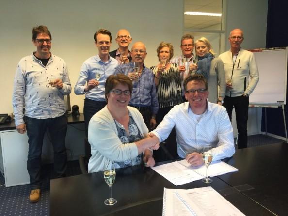 Aan tafel: H. Schutte-Middeljans (voorzitter bestuur) en J. Boot (bestuurder Retail Development Company). Bron: FranchiseFormules.NL