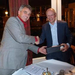 Antonio Stroes (links) van FFC en Ruud van Erp van Délifrance tekenen het contract.