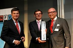 Harm Nieboer en Luc van Bussel van Profile Tyrecenter ontvangen de trofee uit handen van prof. dr. Jan Peter Balkenende