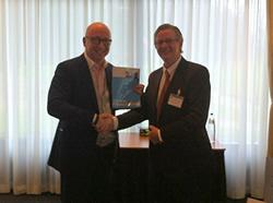 Uitreiking Praktijkgids Franchise 2013 door Jos Burgers aan Luc van Bussel.