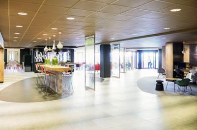 De vernieuwde lobby van ibis Amsterdam Airport, het grootste hotel van de Benelux. Bron: FranchiseFormules.NL