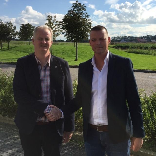 Links de nieuwe Straetus franchisenemer in Belgie, dhr. Luc Jacobs en rechts John Kaat (algemeen directeur). Bron: FranchiseFormules.NL